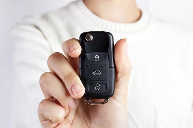 Kluczyki Samochodowe. Ręka Sprzedawcy Podająca Klucze. Dziewczyna Z Kluczyki Do Samochodu Premium Zdjęcia