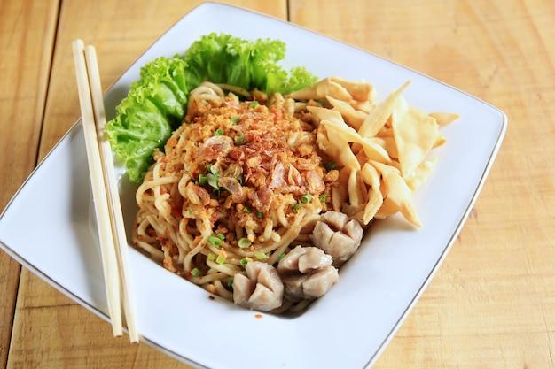 Kluski makaron typowe indonezyjskie jedzenie Premium Zdjęcia