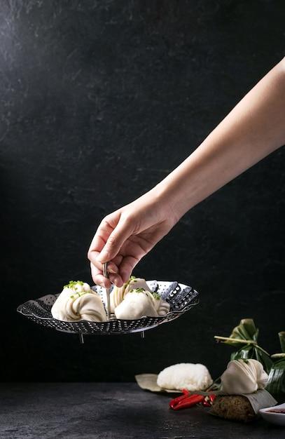 Kluski W Stylu Chińskim Ze Szczypiorkiem Premium Zdjęcia