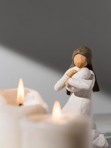 Kobieca Figurka święta Trzech Króli Z Dzieckiem I świecami Darmowe Zdjęcia