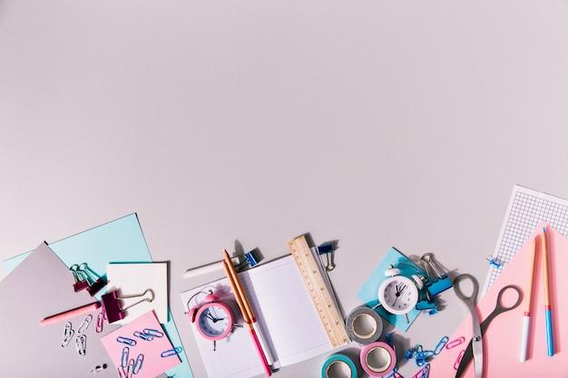 Kobiece Artykuły Papiernicze Dla Kreatywności Leżą Na Odosobnieniu. Darmowe Zdjęcia