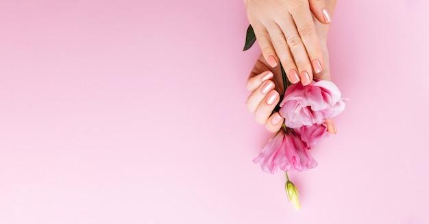 Kobiece Dłonie Różowy Manicure Premium Zdjęcia
