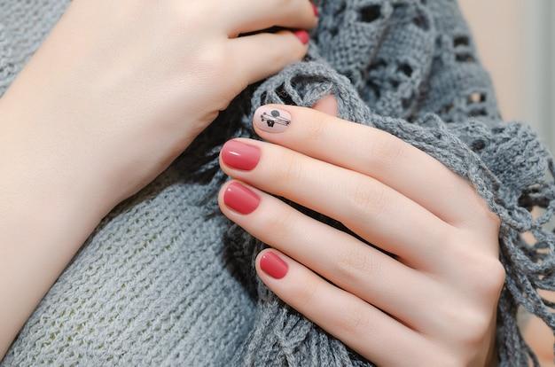 Kobiece Dłonie Z Czerwonym Wzorem Paznokci Premium Zdjęcia