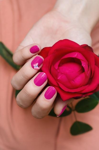 Kobiece Dłonie Z Różowym Zdobienia Paznokci. Premium Zdjęcia