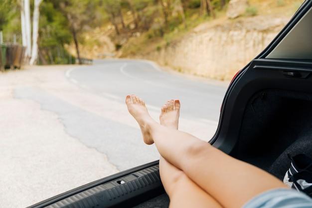 Kobiece nogi z przedziału bagażowego samochodu Darmowe Zdjęcia