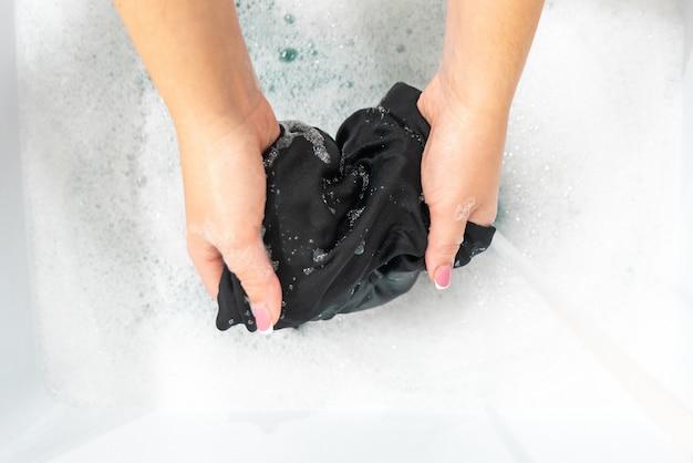 Kobiece Ręce Do Prania Jedwabnych Ubrań W Kolorze Czarnym W Misce Premium Zdjęcia
