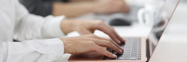 Kobiece Ręce Działają Na Laptopach W Biurze. Nauka I Edukacja Koncepcja Kursów Komputerowych Premium Zdjęcia
