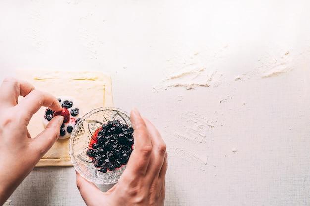 Kobiece ręce gotować ciasto domowe ciasta Premium Zdjęcia