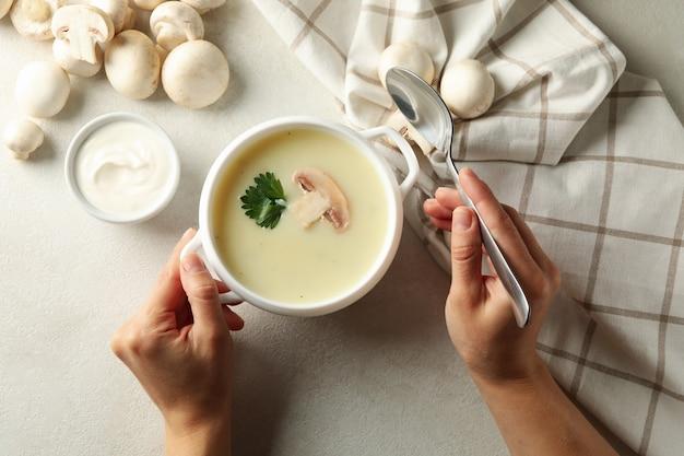 Kobiece Ręce I Miskę Smacznej Zupy Grzybowej Premium Zdjęcia