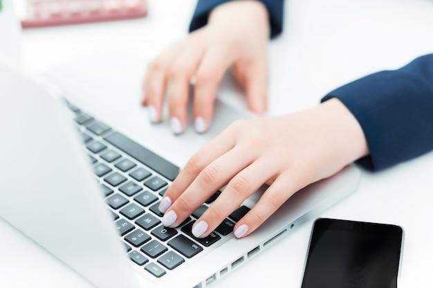 Kobiece Ręce Na Klawiaturze Jej Laptopa Darmowe Zdjęcia