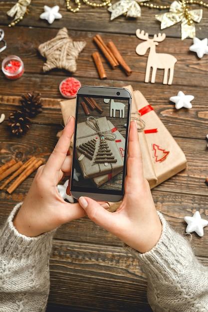 Kobiece Ręce Robienie Zdjęć Akcesoria świąteczne Premium Zdjęcia