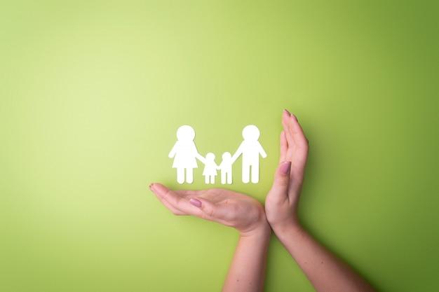 Kobiece Ręce Z Symbolem Rodziny Wycięte Z Białego Papieru. Ochrona Praw Ludzi I Mniejszości Seksualnych Premium Zdjęcia