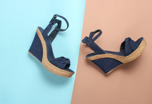 Kobiece Sandały Na Platformie Na Kolorowym Stole. Modne Buty Letnie Premium Zdjęcia