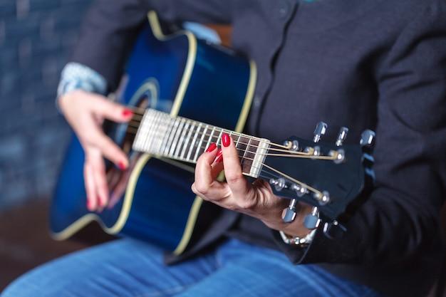 Kobiet Ręki Bawić Się Gitarę Akustyczną, Zamykają Up Premium Zdjęcia