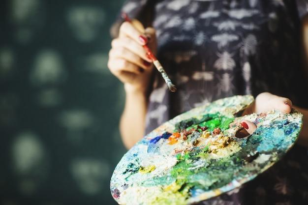 Kobiet Ręki Trzyma Pędzel I Paletę Z Farbami Olejnymi. ścieśniać. Koncepcja Sztuki Premium Zdjęcia