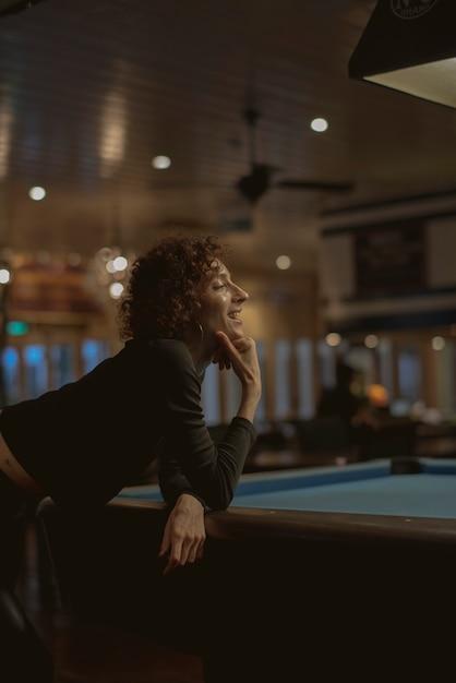 Kobieta Bawić Się Basenu Przy Barem Premium Zdjęcia