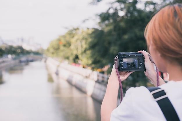 Kobieta bierze obrazek pejzaż miejski Darmowe Zdjęcia