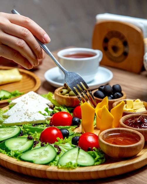 Kobieta Bierze Plasterek Sera Cheddaru Słuzyć W śniadaniowym Półmisku Darmowe Zdjęcia