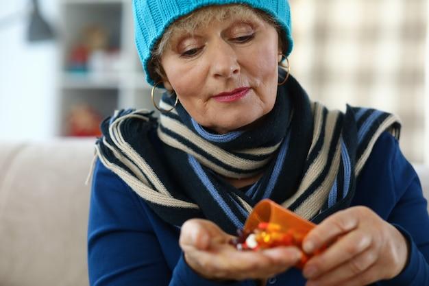 Kobieta Biorąc Lek Premium Zdjęcia