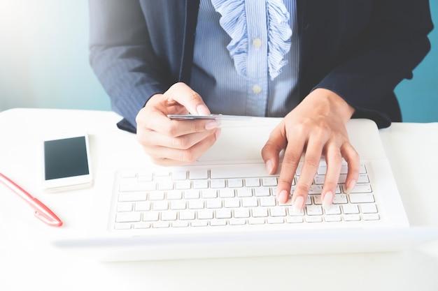 Kobieta Biznesowych W Ciemnym Kolorze Posiadania Karty Kredytowej I Przy Użyciu Komputera Przenośnego, Koncepcji Biznesowych I Zakupów Online Darmowe Zdjęcia