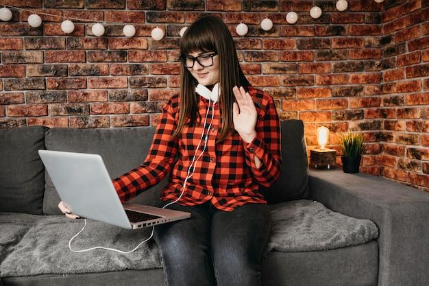 Kobieta Blogerka Przesyłająca Strumieniowo Online Z Laptopa Darmowe Zdjęcia