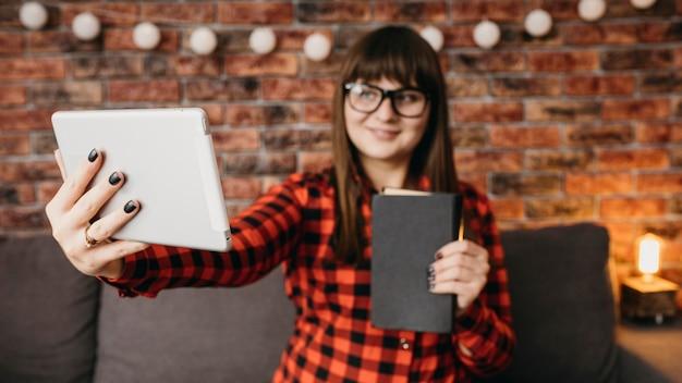 Kobieta Blogerka Przesyłająca Strumieniowo Online Za Pomocą Tabletu Darmowe Zdjęcia