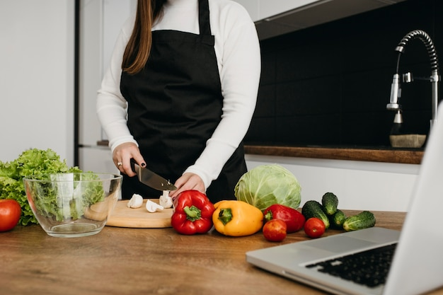 Kobieta Blogerka Przesyłania Strumieniowego Gotowania Z Laptopem W Domu Darmowe Zdjęcia