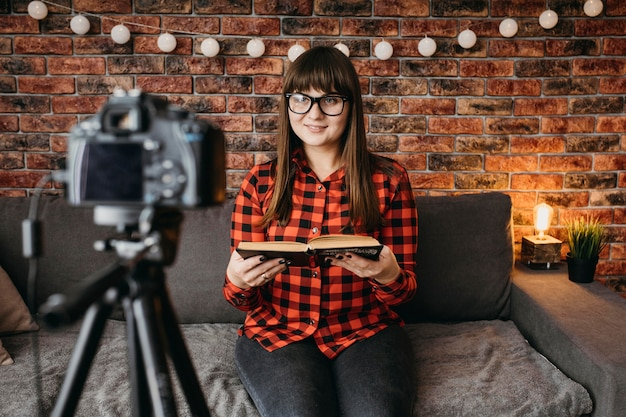 Kobieta Blogerka Streaming Online Z Aparatem Darmowe Zdjęcia