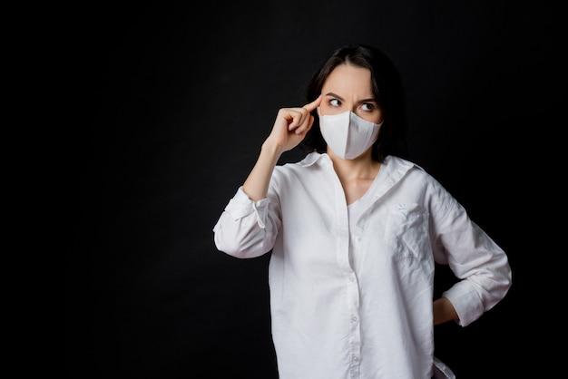 Kobieta Boi Się Przeziębienia, Dorosły W Masce Przeciwpyłowej, Pył Pm 2,5 Premium Zdjęcia