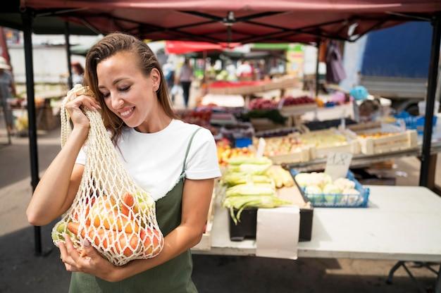 Kobieta Buźka Robi Zakupy Spożywcze Z Miejsca Na Kopię Darmowe Zdjęcia