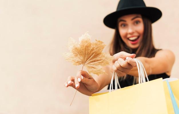 Kobieta Buźka Trzymając Torby Na Zakupy Darmowe Zdjęcia