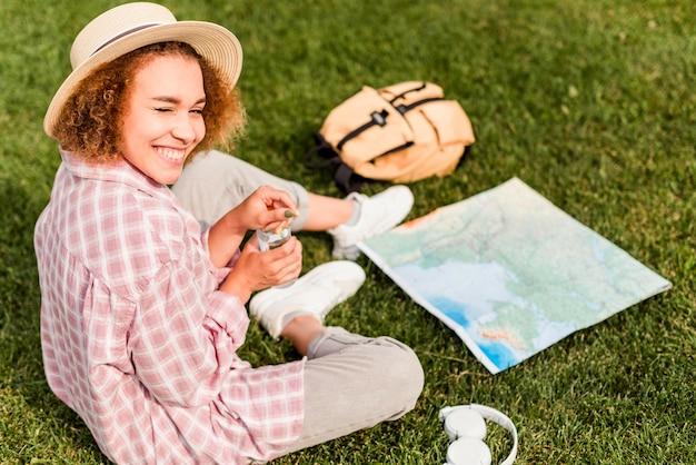 Kobieta Buźka Wysokiego Kąta Sprawdzania Mapy Dla Jej Nowego Miejsca Docelowego Darmowe Zdjęcia