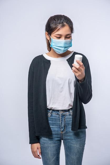 Kobieta Chora Stojąca Z Butelką Leku Darmowe Zdjęcia