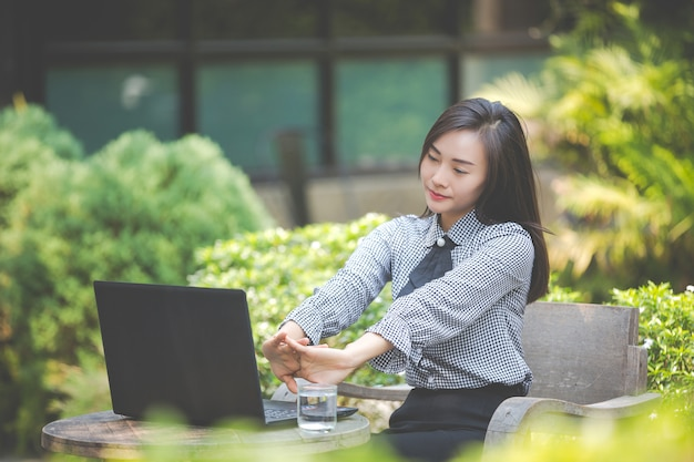 Kobieta Cierpi Na Zmęczenie Z Pracy. Darmowe Zdjęcia