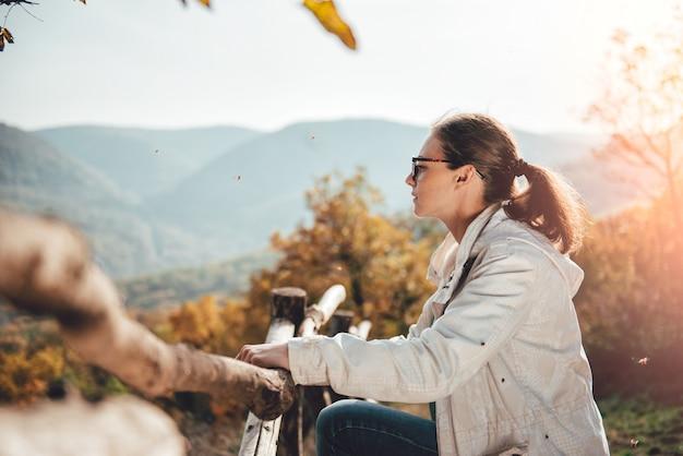 Kobieta cieszy się widok na górze góry Premium Zdjęcia