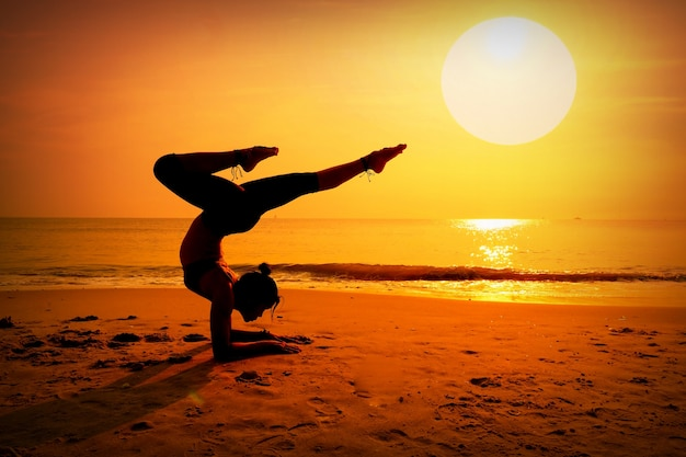Kobieta co sosny na plaży o zachodzie słońca Darmowe Zdjęcia