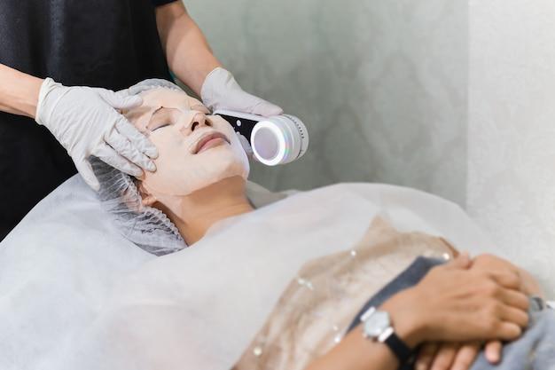Kobieta Coraz Laserowe I Ultradźwiękowe Leczenie Twarzy W Uzdrowisku. Premium Zdjęcia