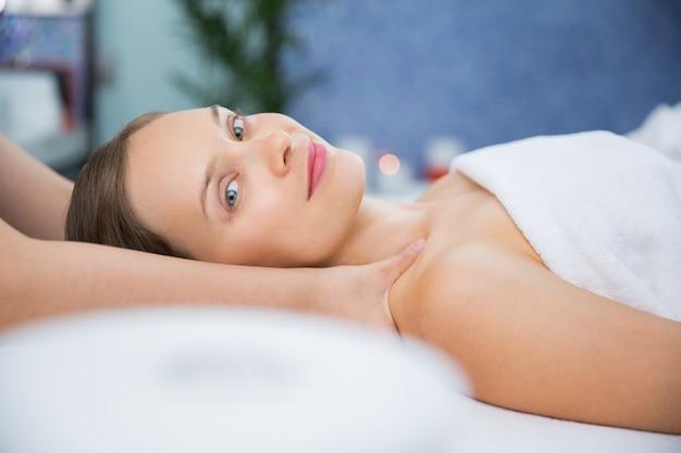 Kobieta coraz masażu na ramionach Darmowe Zdjęcia