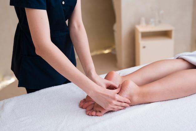 Kobieta Coraz Stóp Masażu W Spa Premium Zdjęcia