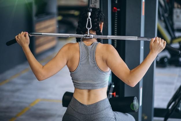 Kobieta ćwiczeń na siłowni sama Darmowe Zdjęcia