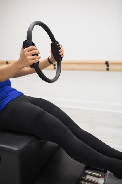 Kobieta, ćwiczenia Z Pierścieniem Pilates W Siłowni Darmowe Zdjęcia