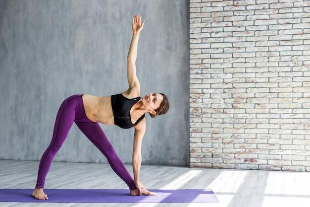 Kobieta ćwiczy boczną rozciągliwość Darmowe Zdjęcia