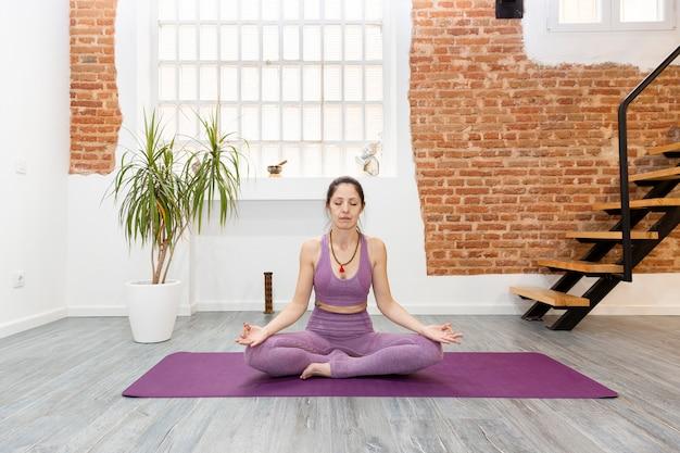 Kobieta ćwiczy ćwiczenia Relaksacyjne W Domu. Pojęcie Medytacji, Jogi I Odnowy Biologicznej. Miejsce Na Tekst. Premium Zdjęcia