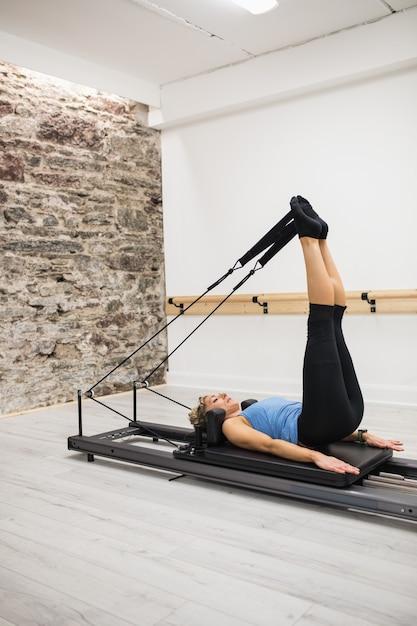 Kobieta ćwiczy Na Reformatorze Darmowe Zdjęcia
