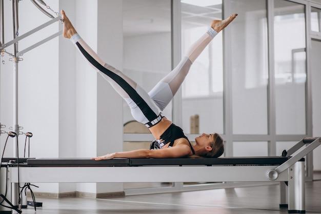 Kobieta ćwiczy Pilates W Reformatorze Pilates Darmowe Zdjęcia