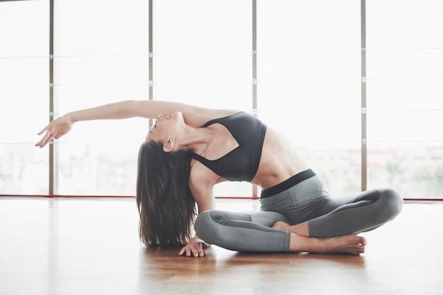 Kobieta ćwiczy W Pomieszczeniu Premium Zdjęcia