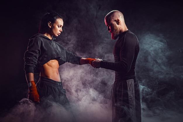 Kobieta ćwiczy Z Trenerem Przy Lekcją Boksu I Samoobrony Premium Zdjęcia