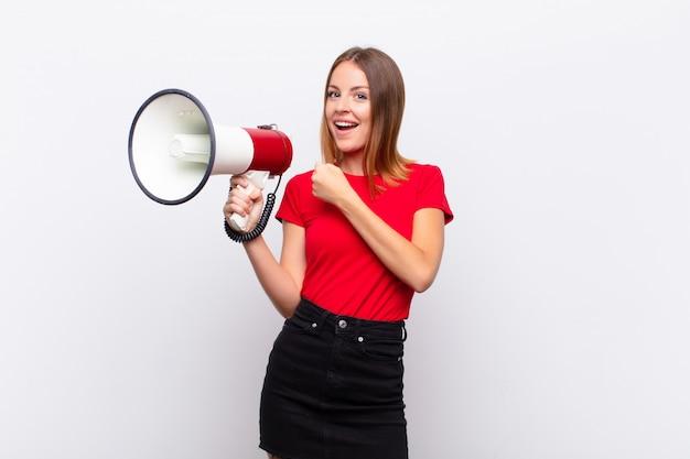 Kobieta Czuje Się Szczęśliwa, Pozytywna I Odnosząca Sukcesy, Zmotywowana W Obliczu Wyzwania Lub świętowania Dobrych Wyników Premium Zdjęcia