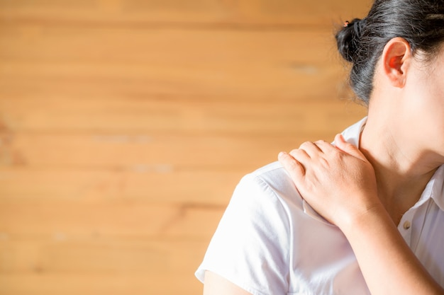 Kobieta Czuje Się Wyczerpana I Cierpi Na Ból Szyi. Darmowe Zdjęcia
