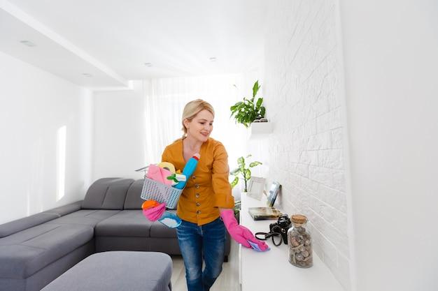 Kobieta Czyści Kontuar W Kuchni Premium Zdjęcia